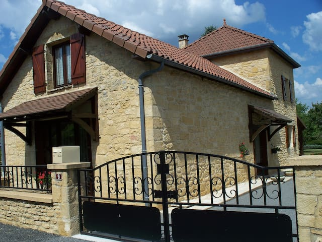 MAISON AVEC JARDIN CENTRE VILLAGE - Salignac-Eyvigues