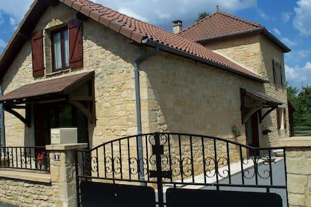 MAISON AVEC JARDIN CENTRE VILLAGE - Salignac-Eyvigues - Casa