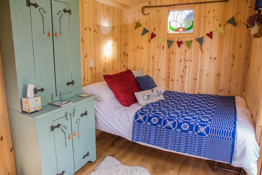 A Comfy bed in an unique Shepherds Hut overlooking the Magnificent Snowdonia Mountain Range