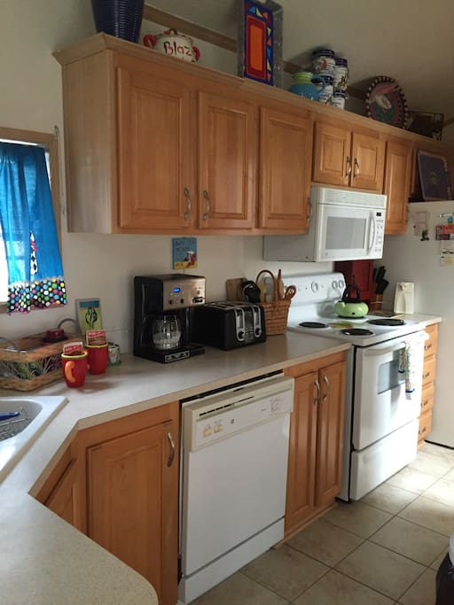 Fully equipped kitchenttt!  Stove, microwave, full size refrigerator  , coffee pot, blender, toaster etc.. gv