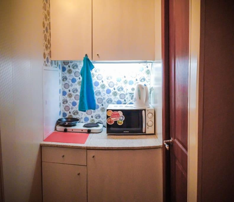 Кухонный уголок со всем необходимым (э/плита, микроволновая печь, э/чайник, посуда д/приготовления и приема пищи)