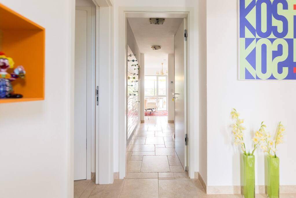 Eingangsbereich mit Blick richtung Wohnzimmer und Terrasse