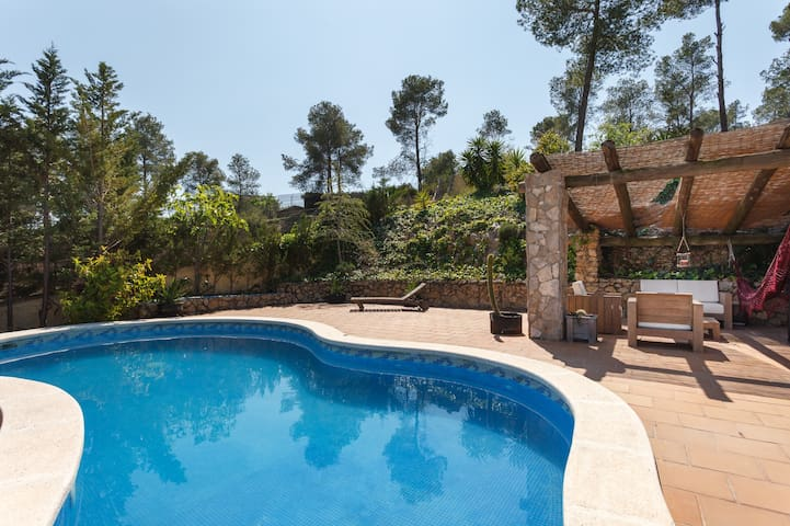 Quiet villa with pool and spectacular views - Olivella - House