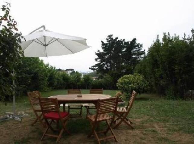 Vaste jardin arboré, salon de jardin et barbecue