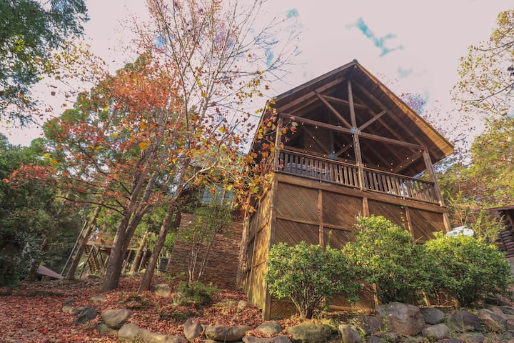 NEW! Cozy cabin w/ 4 KING Master BR! New hot tub!