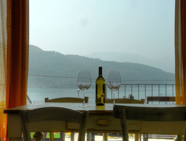 Apartment with beautiful view on Iseo Lake - Sale Marasino - Leilighet
