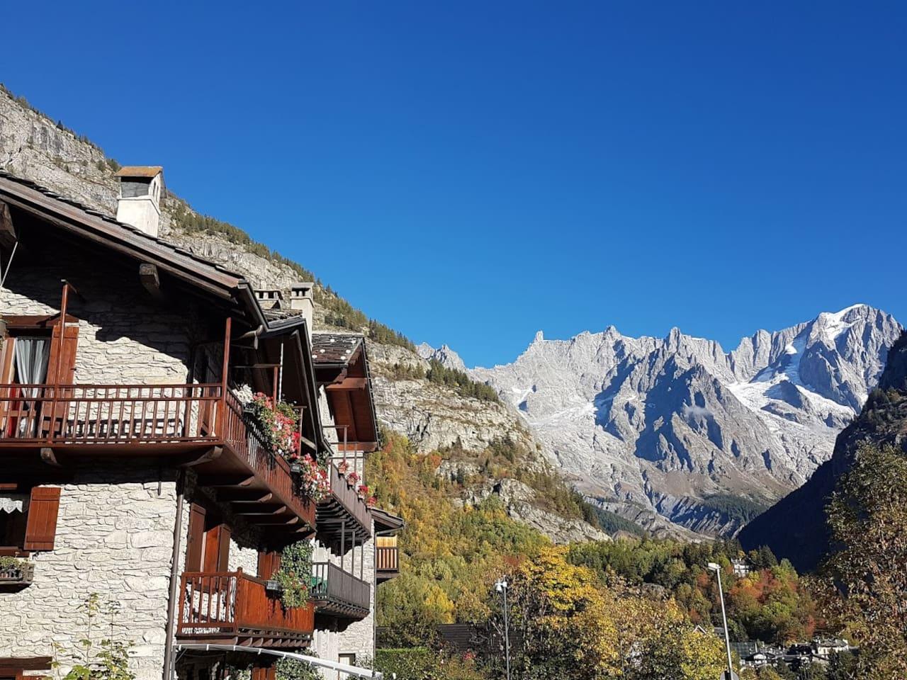 Mansarda luminosa con vista, 10 minuti a piedi dal centro di Courmayeur, sull'itinerario principale del Tour du Mont Blanc e a 100 metri dalle piste da sci