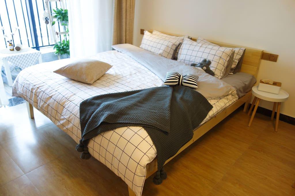 【舒适床铺】精选宜家超柔软床垫,舒适棉被,同时为您准备两种高度不同的枕头,一定能带给您良好的睡眠体验。