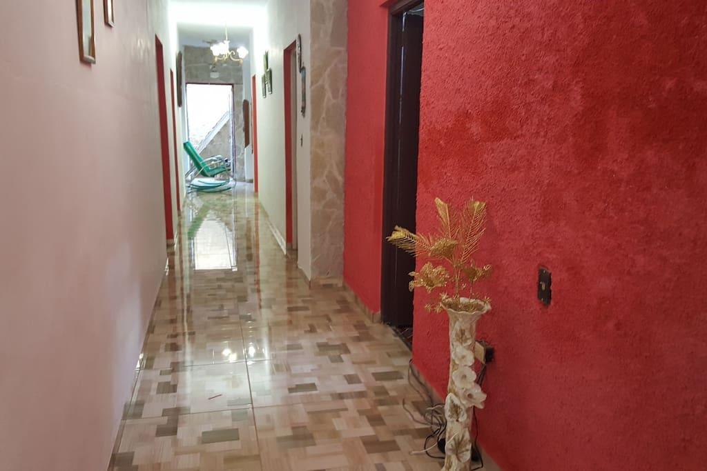 Este es el pasillo donde nos conduce al comedor y cocina de la casa de los Anfitriones