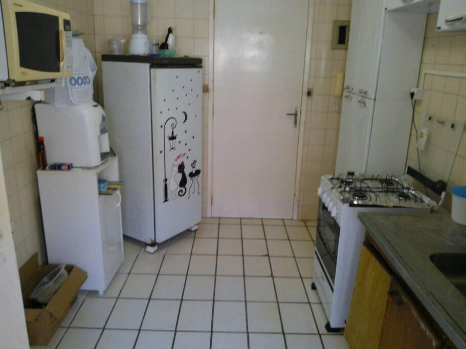 Cozinha completa. Geladeira, micro-ondas, fogão.