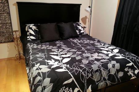 107+ Reviews! Sharp Room w/ Bath - Σπίτι