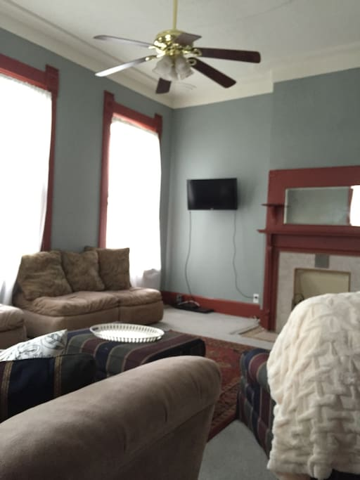 This apartment has free wireless Internet and access to cable television. Both helpful to those who are determining where to head next center awesome city!