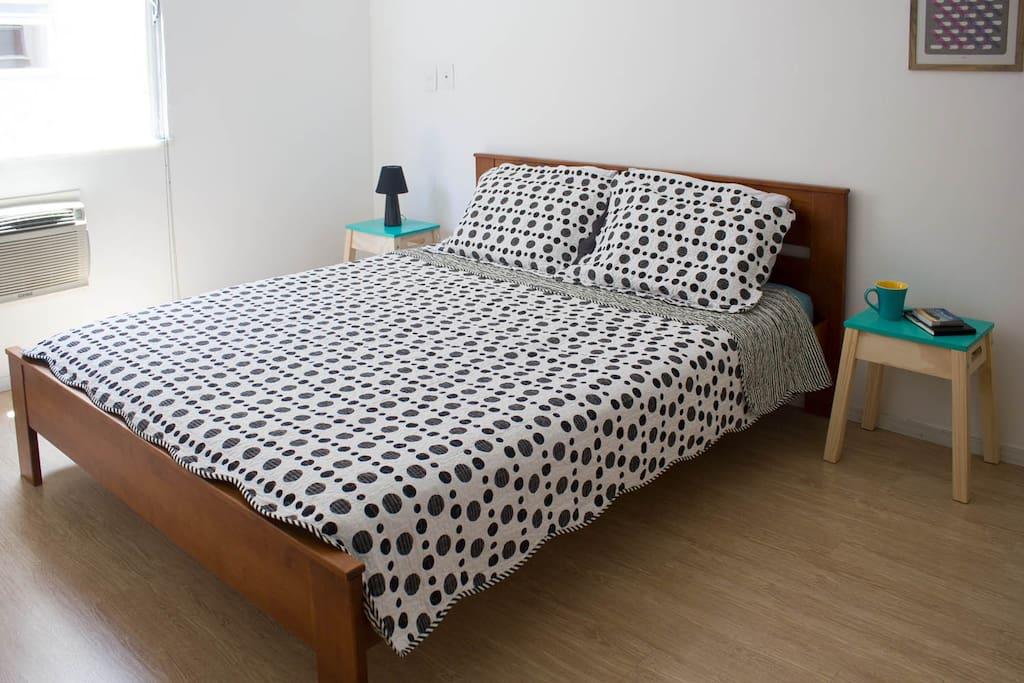 Queen bed, confortable bedroom