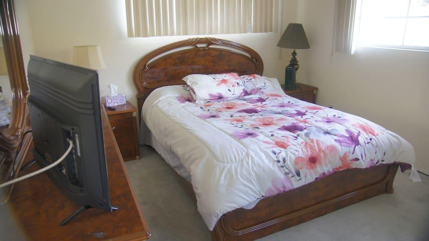 Cozy Burbank Bedroom with Great View