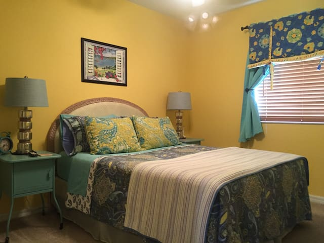 Sunny Florida Room & Den on a Lake! - Fort Myers