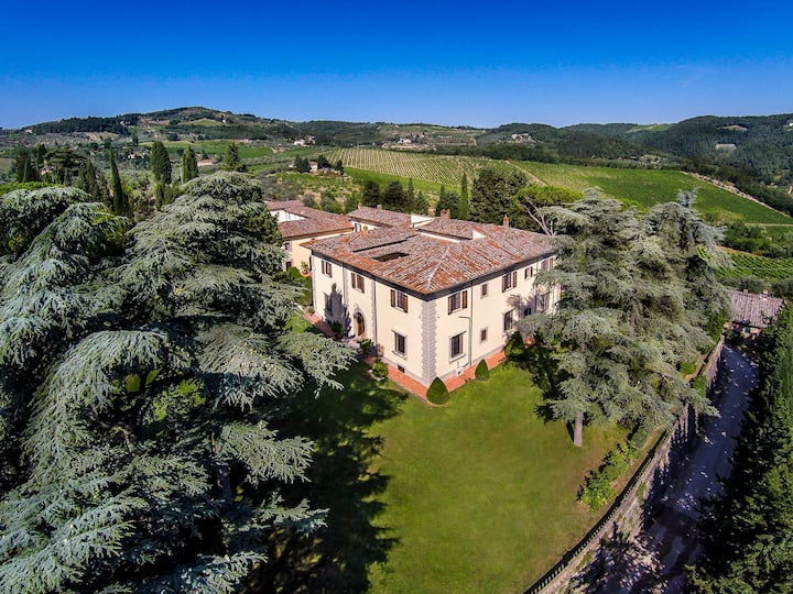 MAGNIFICENT 9BR VILLA W/ AMAZING POOL IN CHIANTI!