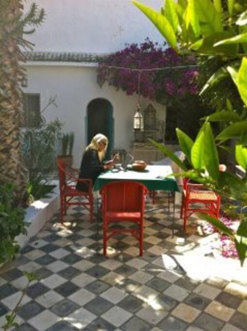 Déjeuner dans le patio à l'ombre des palmiers