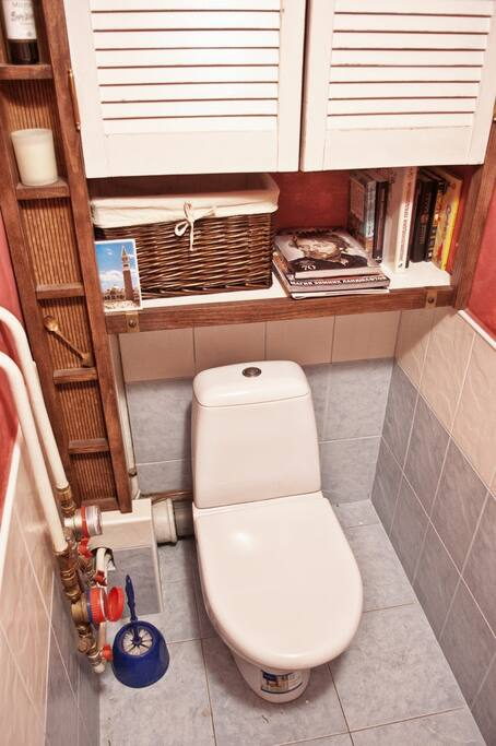 WC. As with all the other rooms in this apartment, it features hand-made furnishings and a small bookshelf :-)