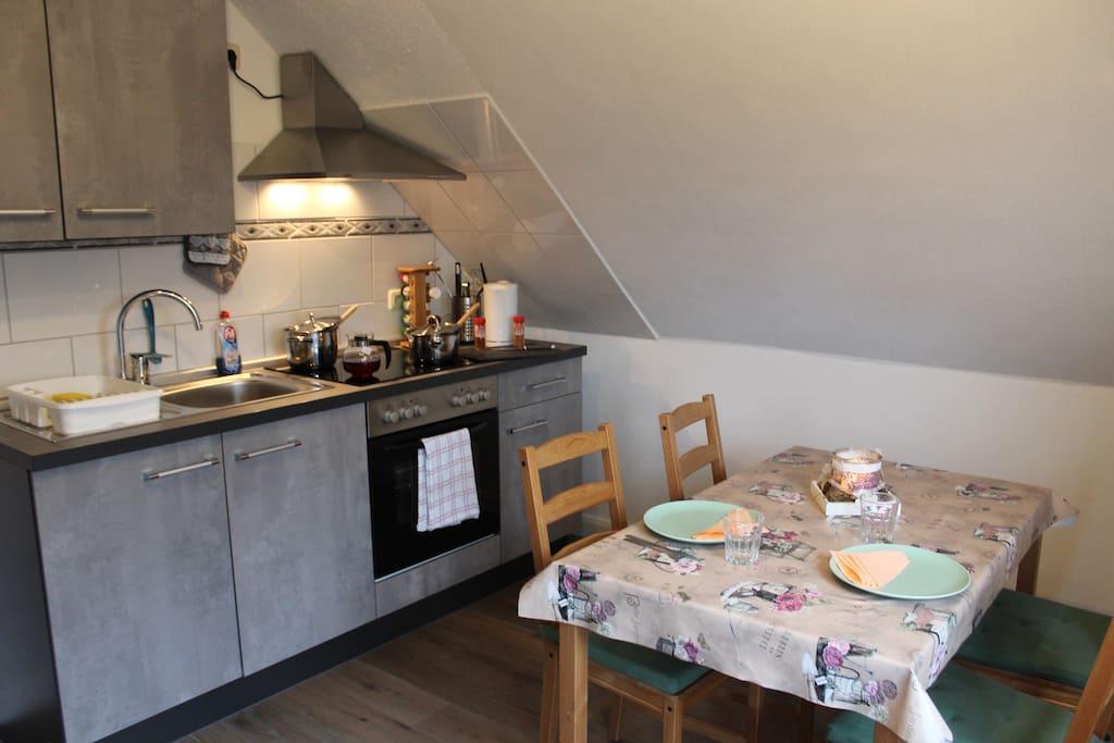 Die Küche, wo Sie sich schöne Sachen zum Essen oder Trinken zaubern