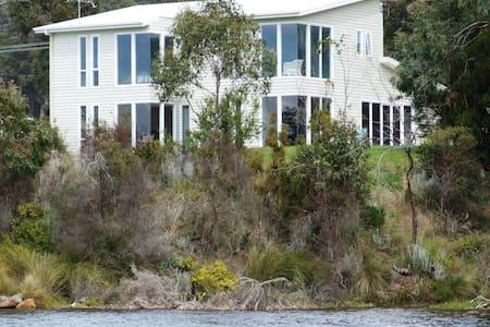 Boomer Bay Waterfront Retreat