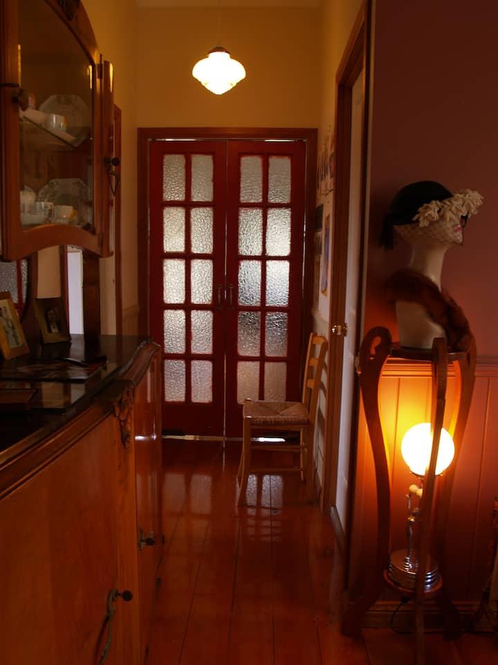 Rooms 1930s Cottage, reliable Internet walk CBD