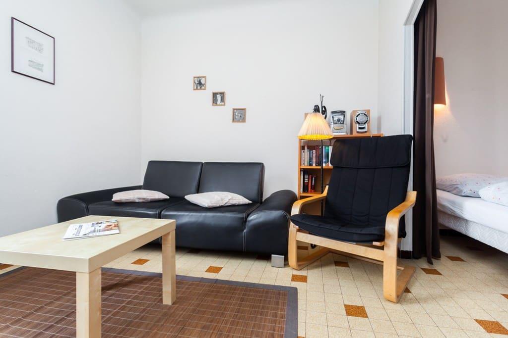 Wohnzimmer mit angrenzendem Schlafzimmer