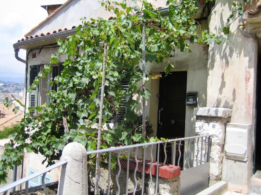 Der Eingang zur FW mit der kleinen Terrasse davor, liegt an einer Treppe die hoch auf den Chateauberg führt
