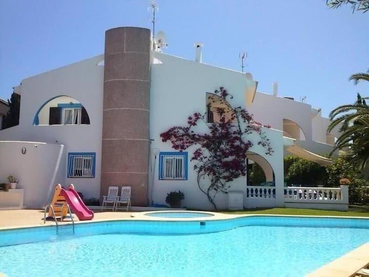 Preciosa villa mediterránea con jardín y piscina.