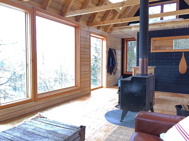 Raven House Getaway Cabin - Gananoque - Cottage