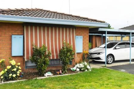 Bright and cozy. Close to supermarket **NBN WIFI**