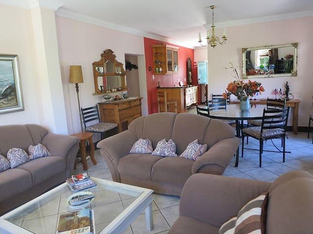 Open Plan Lounge & Dinning Area