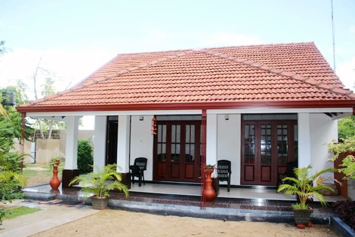 Oasi di quiete a due min dal mare - Negombo - House