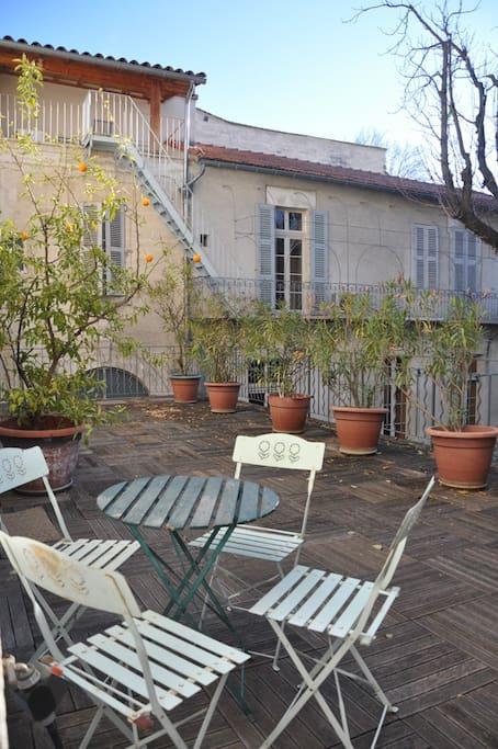 Terrasse avec vue sur la cour arborée. Pour y prendre le café, le petit déjeuner, et l'apéro.