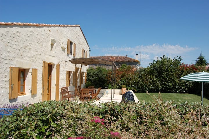 Rural gite with indoor pool, 20mins from the beach