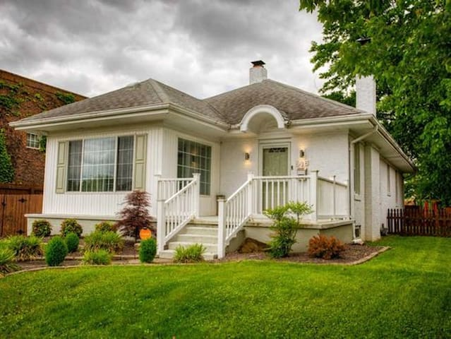Spectacular 3 bed, 2 bath home!  Guest Ready!!!