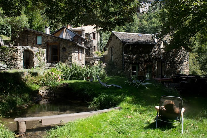 17-19th century Water Mill and its house - Ayssènes - Rumah
