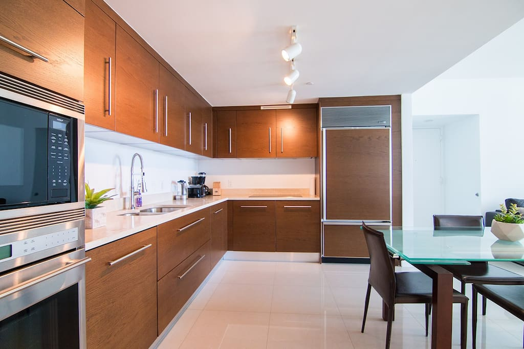 Full kitchen with top-of-the-line appliances!
