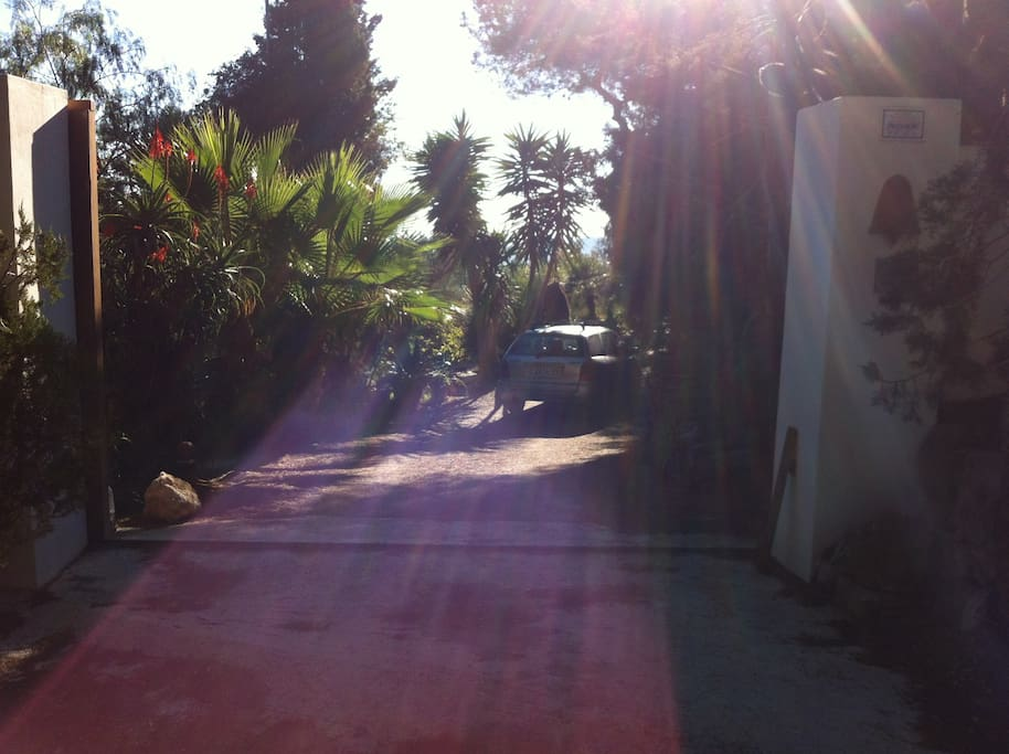 PARKING PRIVADO - ENTRADA A LA CASA / Private Parking / Entry to the house / Security lock with remote.