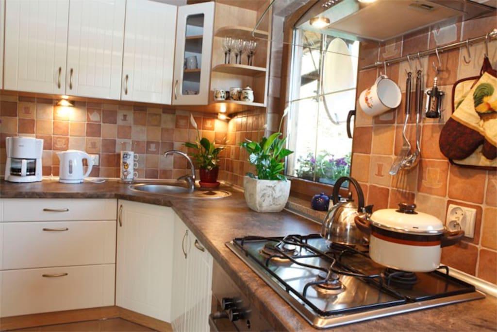 Kuchnia, pełna naczyń i sprzętów AGD