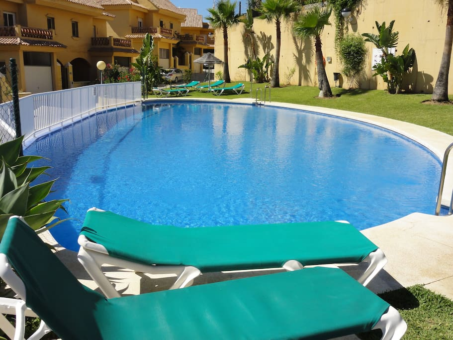 Amplia piscina muy tranquila.