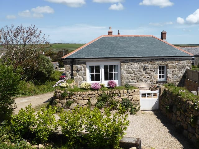 Tasteful granite barn, fab walks - Treen - House