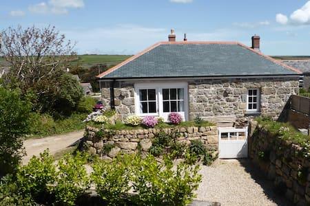 Tasteful granite barn, fab walks - Treen - Huis