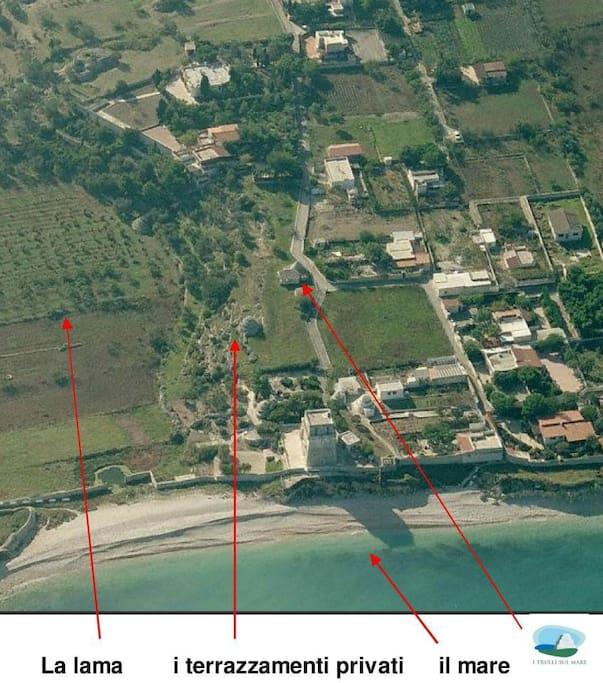 vista aerea dei Trulli Sul Mare, del giardino privato, del mare