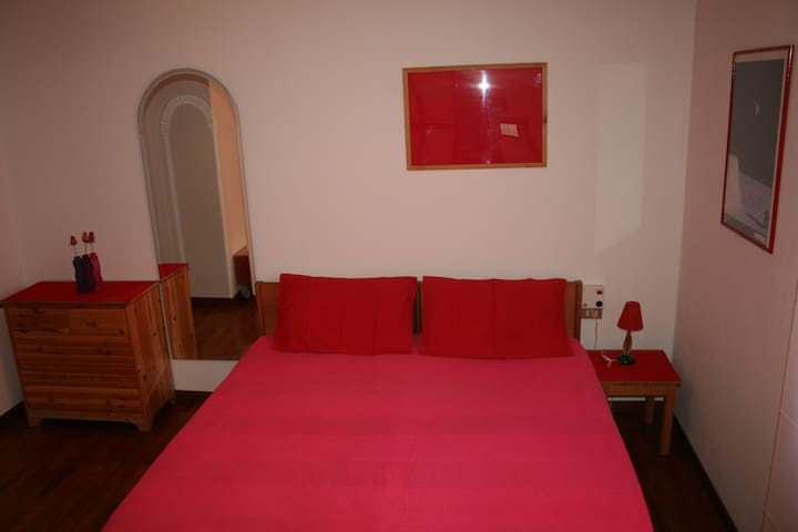 Red room in villa - Cavenago di Brianza - วิลล่า