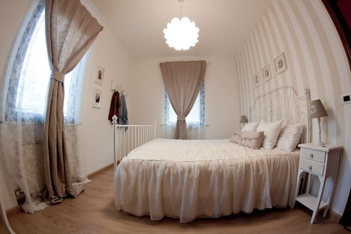 The romantic double bedroom (first floor).