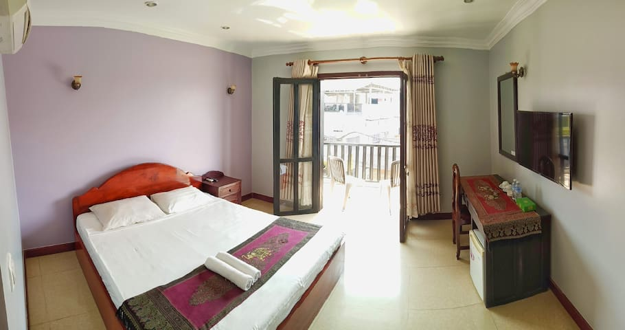 Large apartment with Queen bed and balcony