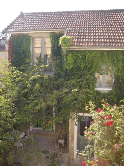 Une petite maison noyée dans la verdure dès le printemps, au calme dans un quartier historique.
