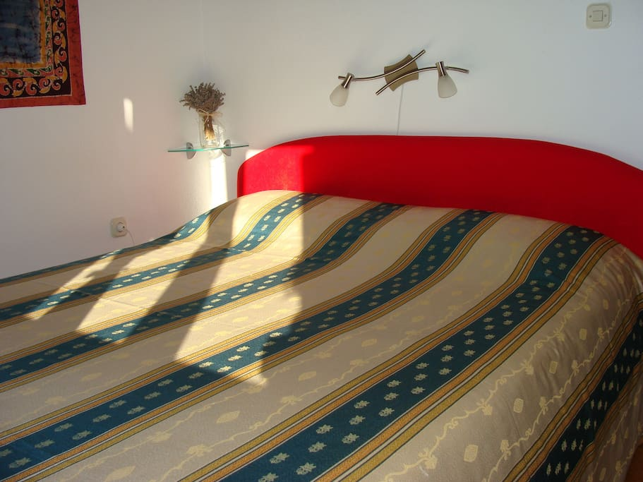 Glimpse of the Queen size bed (160x200 cm)