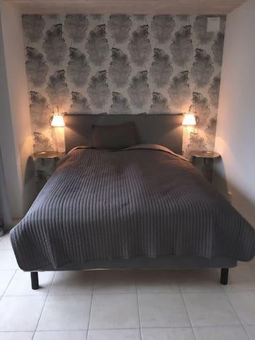 Lyxigt hus med pool och närhet till Tofta badstrand. Vi heter Villa Blanche för att allt är ljust och fräscht. 120 m2 med totalt 3 st sovrum, 2 st badrum,kök och braskamin