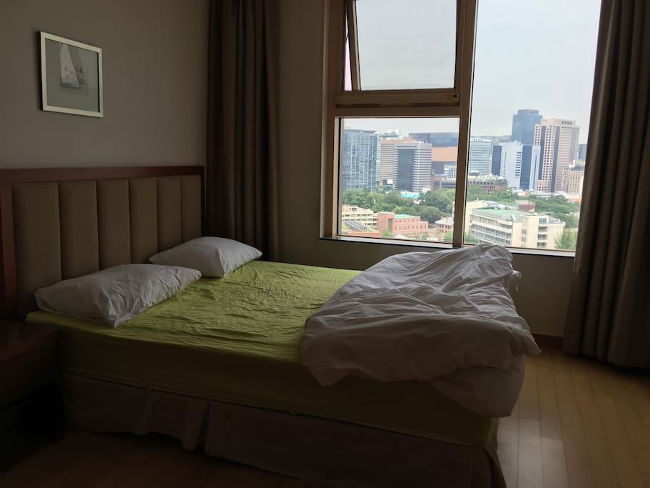 Double bed with open view to Seoul Sky Line with City Hall